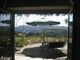 het zonneterras en de schaduwrijke veranda's aan drie kanten van het huis bieden schitterende vergezichten die elke dag weer verrassend anders zijn