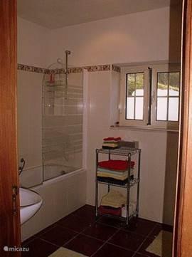 deze badkamer met ligbad en toilet hoort exclusief bij kamer 1. Alle kamers hebben in de dependances hebben ook een eigen badkamer.