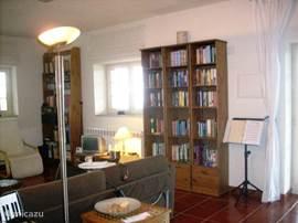 de zitkamer met de goed gevulde boekenkasten