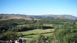uitzicht over het dal vanaf veranda en tuin