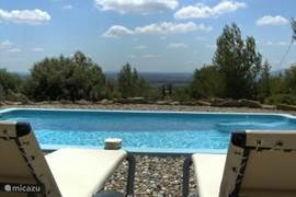 Uw uitzicht vanaf het terras over  uw zwembad richting de Pyreneeën.