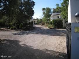 Het entree van Monte Alegre met rechts de villa en links het gastenhuis.