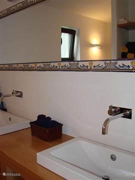 De ensuite badkamer van de grote slaapkamer.