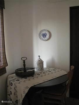 Tweede slaapkamer in de villa met ensuite badkamer. Deze heeft een enkele spoelbak, toilet, inloop douche en vloerverwarming.