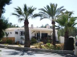 Dit is het voor aanzicht van onze vakantiewoning voorzien van tuin en overdekte terras.