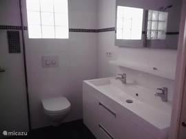 Badkamer in 2013 vernieuwd. inclusief inloop douche