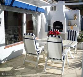 Het op het zuiden gelegen achterterras, wat voorzien is van  2 zonneschermen, wat het gebruik van de barbeque erg aantrekkelijk maakt.