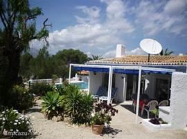 Achterterras grenzend aan zwembad en mooie tuin. Tevens bevindt zich op het achterras de barbeque.