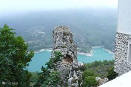 Een uitstapje naar het toeristisch bergdorpje Quadalest, geeft onderweg tal van mooie panorama's