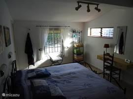 Ruime lichte, 2 persoons slaapkamer met aangrenzend een badkamer.