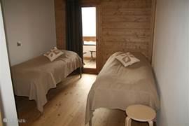 De 2e slaapkamer, met een eigen balkon.