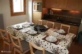 De eettafel is nu gedekt voor 6 personen, maar en kunnen er nog 2 bij!