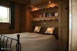 De master bedroom met de typische ombouw uit de Savoie,