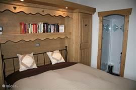 De master bedroom heeft een eigen badkamer met douche en wastafel