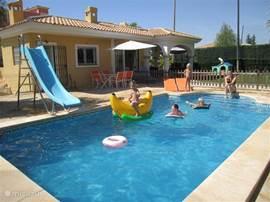Ons huis op het Golfresort Bonalba met privé zwembad, vlakbij Alicante. Uitgebreid ingericht, WIFI en voorzien van veel luxe. Zeer geschikt voor kleine kinderen Zandstrand winkels en restaurants bij El Campello en San Juan. Het ontbreekt u aan niets en u zult een fijne vakantie beleven.