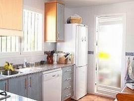 Dit is een afgesloten keuken. Van alle gemakken voorzien zoals een afwasmachine, koelkast met groot vriesgedeelte, oven en u kookt op gas. Verder nog broodrooster, magnetron en veel kastruimte. Achter de keuken bevindt zich de bijkeuken. Met wasmachine, strijkplank/bout etc.