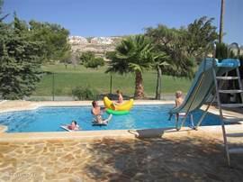 De glijbaan is een feestje voor kleine kinderen. Het uitzicht is mooi over de groene golfbaan van Bonalba.
