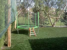 Deze villa heeft voor kinderen heel veel te bieden. Zo is er een hekje voor het zwembad zodat kleine peuters veilig bij het zwembad weggehouden worden. Er is een trampoline en een klein huisje voor de kinderen.