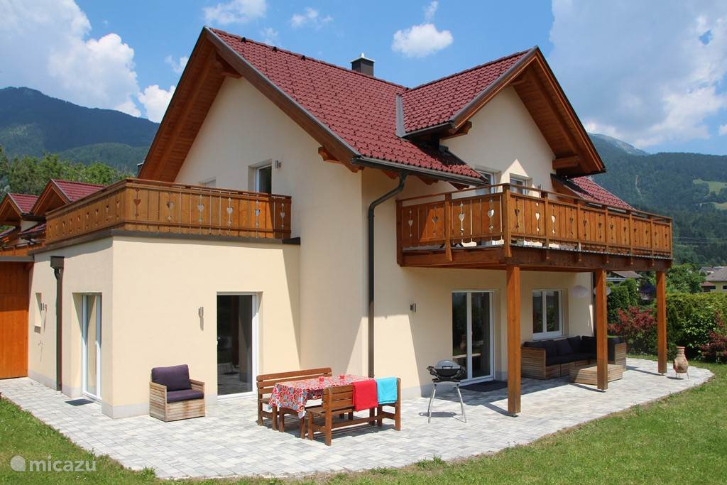 Sunny villa with terrace and garden with views of ski and Italy!
