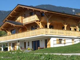 The chalet La Gentiane what is appropriate for a total of 14 persons. It is also split rent (La Gentiane 1 = 6p, 8p = La Gentiane 2)