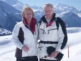 Eduard en Anneke (eigenaren van Chalet Mistelhof) in skigebied van de  Fiescheralp(2200m) met zicht op de Matterhorn