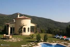 Bovenaanzicht zijkant huis met zwembad en tuin