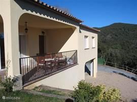 Vooraanzicht woning met terras