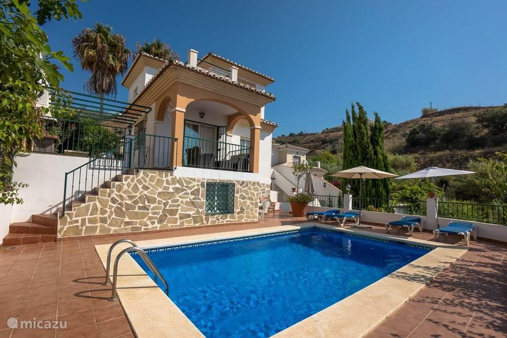 Het huis gezien vanaf de zuid/zee kant met daarvoor het zwembad