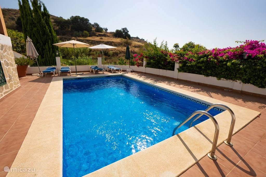 Zwembad direct voor het huis richting zee