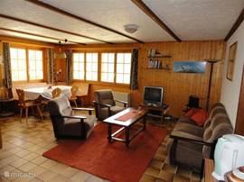 Een heerlijk gezellige woonkamer met satelliet tv en cd/dvd speler.
