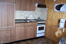 De open keuken leent zich gemakkelijk voor het bereiden van heerlijke maaltijden. Magnetron en Senseo koffiezetapparaat aanwezig.