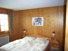 Dit is de ouderslaapkamer met 2-persoons bed en uitzicht op de bergen.