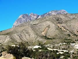 Vlakbij de bergen voor een autorit of een wandeling