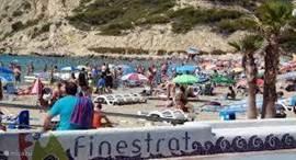 Het strand van Finestrat, la Cala, een gezellige drukte. Omzoomd met terrassen en restuarants. Zaterdags is daar ook een grote weekmarkt.