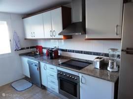 Keuken met amerikaanse koelkast, afwasmachine, elektrisch koken, oven blender, broodroost etc.