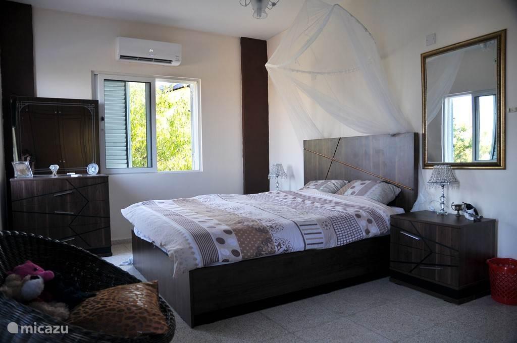 Slaapkamer voorzijde met 2 personen bed en tv