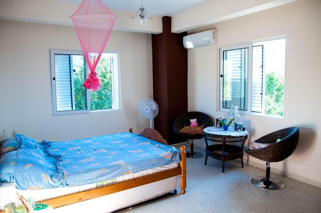 Slaapkamer achterzijde met 2 personen bed