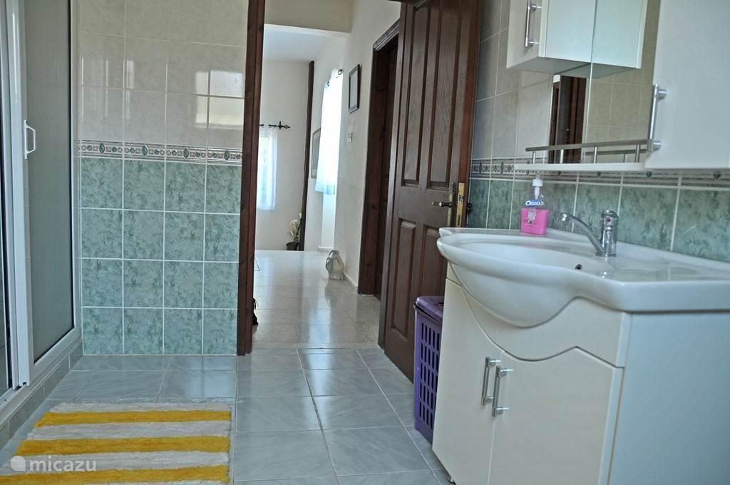 De badkamer met douche en bad
