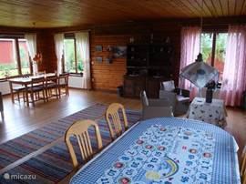 In de mooie ruime woonkamer kun je genieten van het prachtige uitzicht en de unieke bouw van het huis.