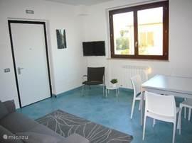Een ruime en lichte woonkamer, voorzien van uitschuifbare eettafel en sofa, satelliet TV met alle Nederlandse zenders en WiFi internet. Temperatuur geregelde airconditioning.