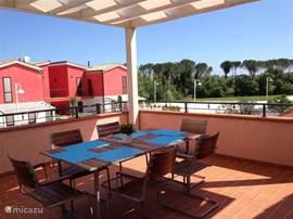 Prachtig uitzicht vanaf het royale terras met eettafel en 6 stoelen.