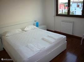 Ruime ouderslaapkamer met veel kastruimte en luiken voor de ramen. Maar ook aparte airco met climate control. Nieuwe bedden en matrassen!