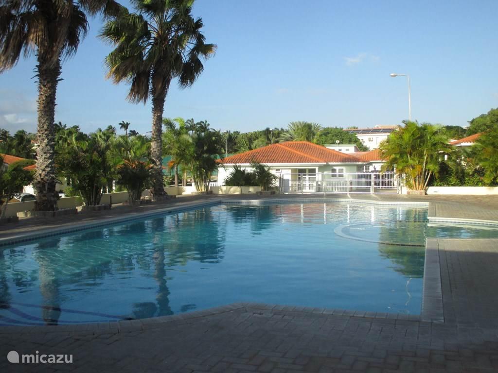 Het gemeenschappelijke zwembad schuin tegenover Villa Atardi. Even de straat oversteken (30 m)en je bent er.