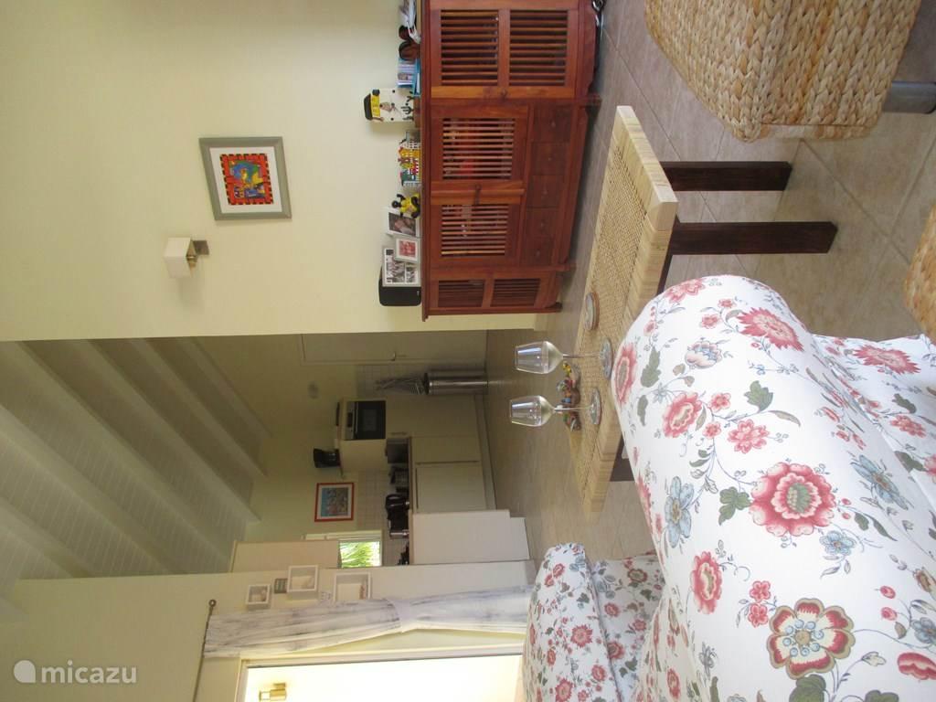 Een doorkijkje vanuit de ruime woonkamer naar de open keuken in onze vakantievilla.
