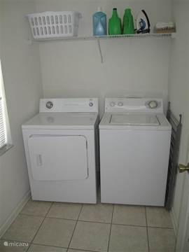 Wasmachine , droger , droogrek , stofzuiger , strijkplank + strijkijzer.