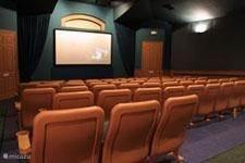 Gratis films kijken in de bioskoop van het resort. U kunt een film bestellen in het winkeltje van het resort. Minimaal 1 dag van te voren bestellen. 56 stoelen en u bent vaak de enige in de bioskoop, ideaal om met kleine kinderen naar de bioskoop te gaan !!