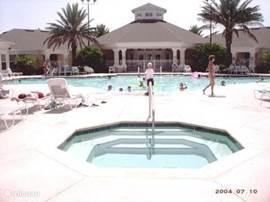 Het resort  Windsor Palms  heeft een groot zwembad , jacuzzi , kinderbad , gratis bioskoop , game room , fitness room , WII room , fietsen verhuur , winkeltje en tevens vervoer naar de parken ( tegen betaling )