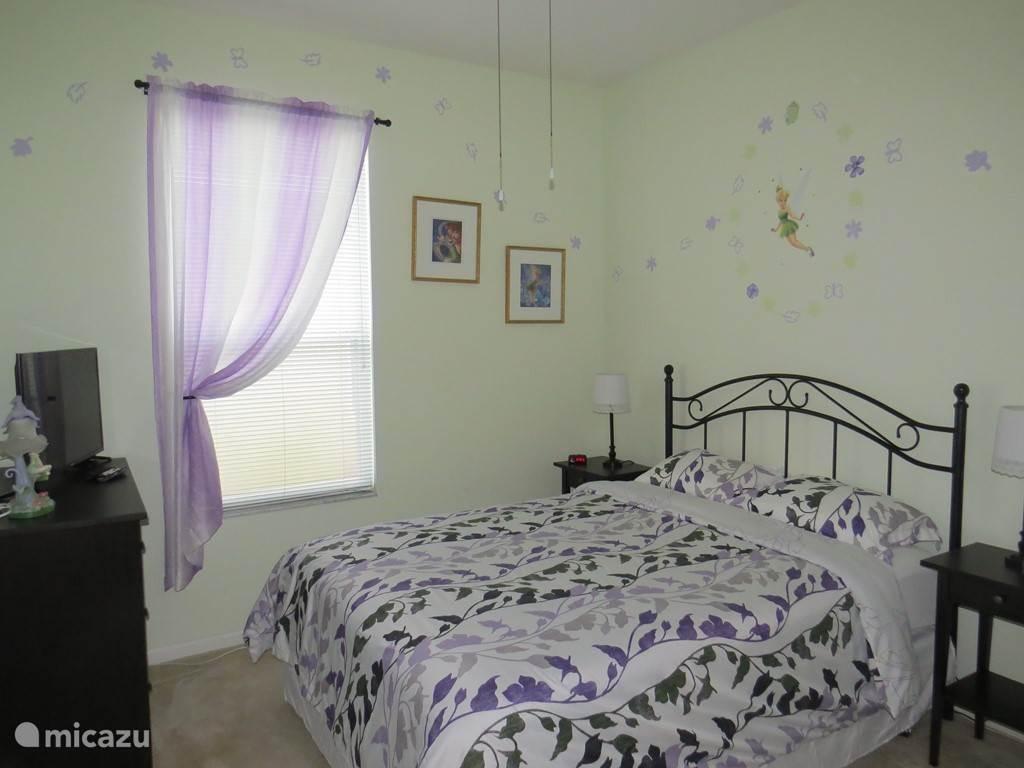 Slaapkamer 3 Slaapkamer met gedeelde badkamer. Thema  Tinkerbel  Queen size bed flat screen TV Airco Fan
