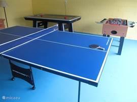 Gameroom met Tafeltennis tafel , voetbal tafel en air hockey tafel