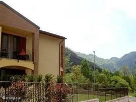 Welkom in het sfeervolle appartement Casa Lago d'Idro. Het appartement, in 2010 afgebouwd en geheel nieuw ingericht in 2011, bevindt zich op de 1e verdieping van een kleinschalig complex van 6 wooneenheden. De overige woningen worden bewoond door Italiaanse gezinnen.